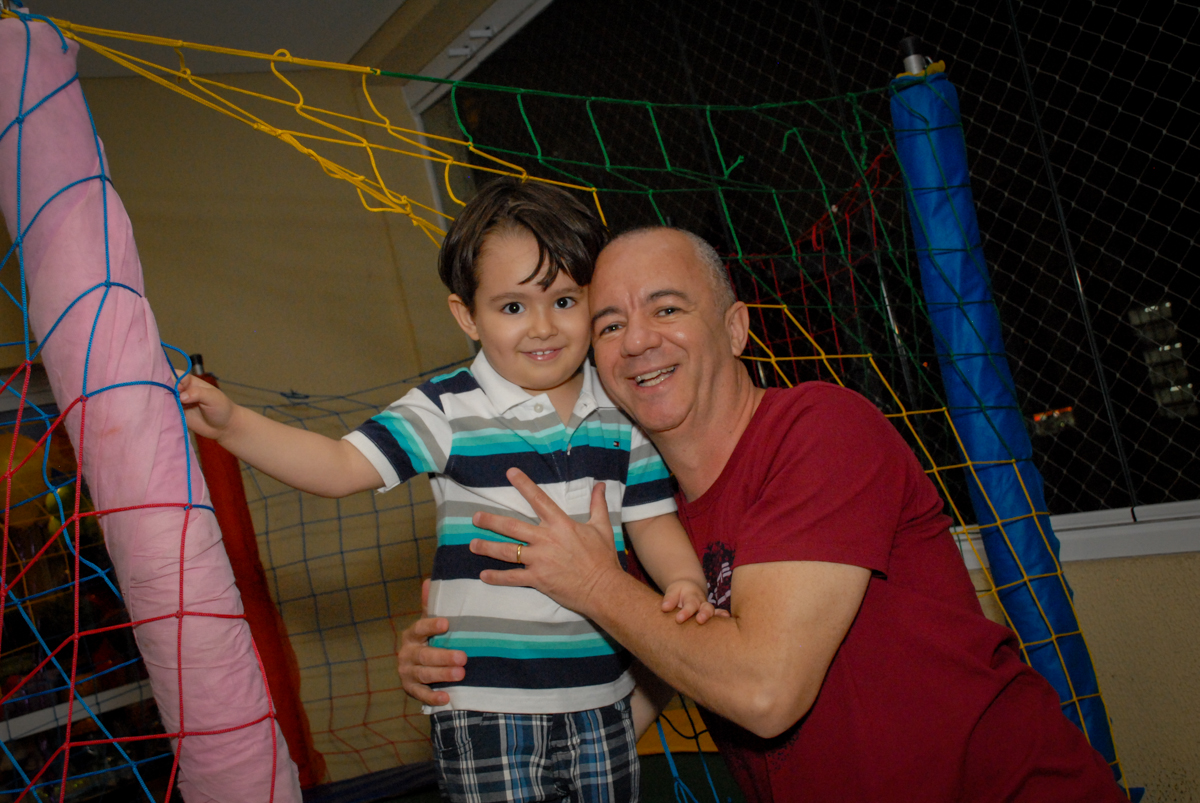 foto pai e filho no condominio vila prudente, aniversario de rafael 4 anos, tema da festa discvery kids