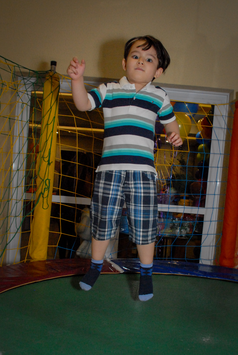 pulando na cama elastica no condominio vila prudente, aniversario de rafael 4 anos, tema da festa discvery kids
