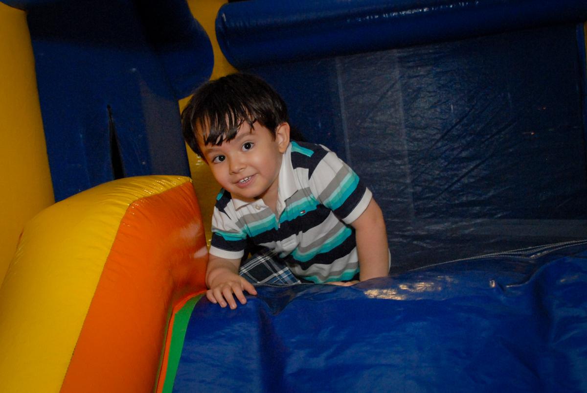 brincadeiras no escorregador inflável no condominio vila prudente, aniversario de rafael 4 anos, tema da festa discvery kids
