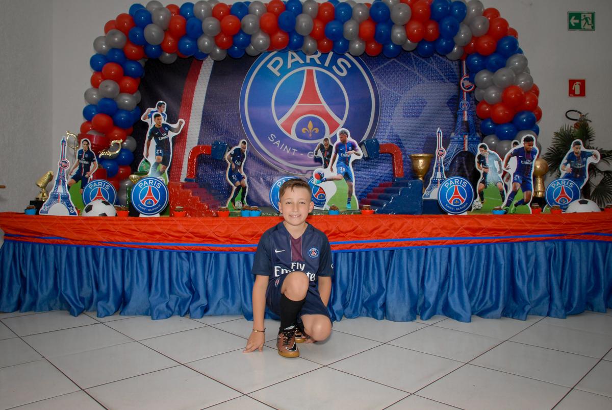 foto m frente a mesa decorada no Buffet Fábrica da Alegria, Morumbi, São Paulo aniversário de Victor 10 anos e Pedro 1 aninho, tema da festa Paris Saint Germani