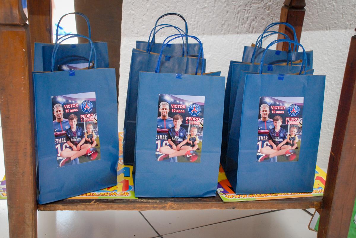sacolinhas de aniversário no Buffet Fábrica da Alegria, Morumbi, São Paulo aniversário de Victor 10 anos e Pedro 1 aninho, tema da festa Paris Saint Germani