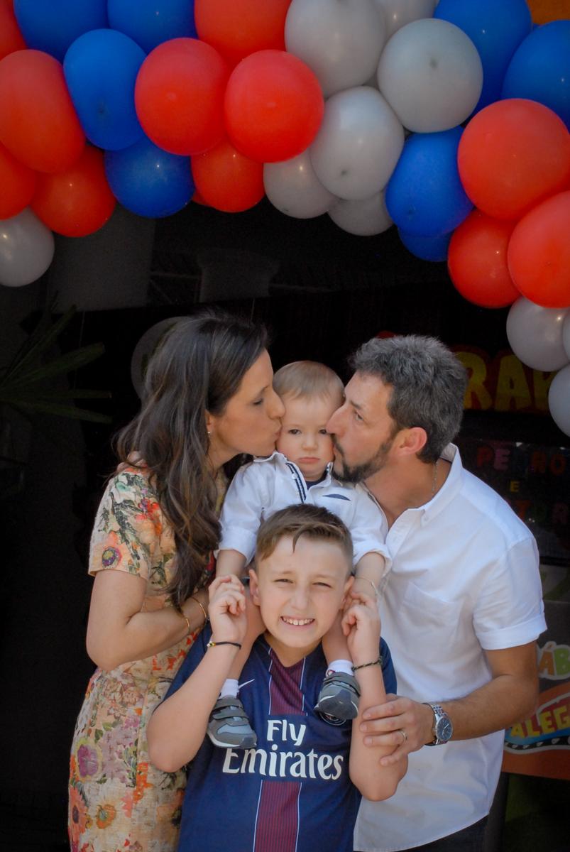 foto da família no arco de bexigas no Buffet Fábrica da Alegria, Morumbi, São Paulo aniversário de Victor 10 anos e Pedro 1 aninho, tema da festa Paris Saint Germani