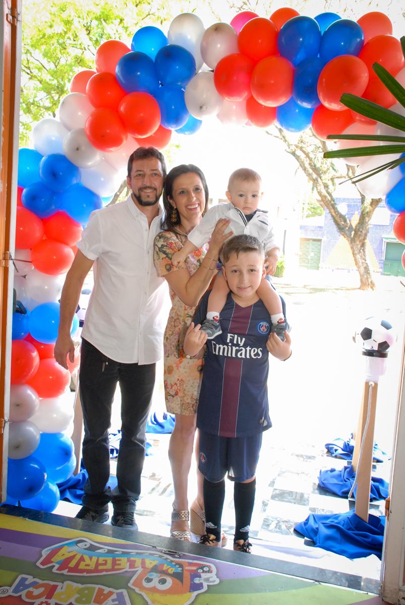 entrada da família no Buffet Fábrica da Alegria, Morumbi, São Paulo aniversário de Victor 10 anos e Pedro 1 aninho, tema da festa Paris Saint Germani