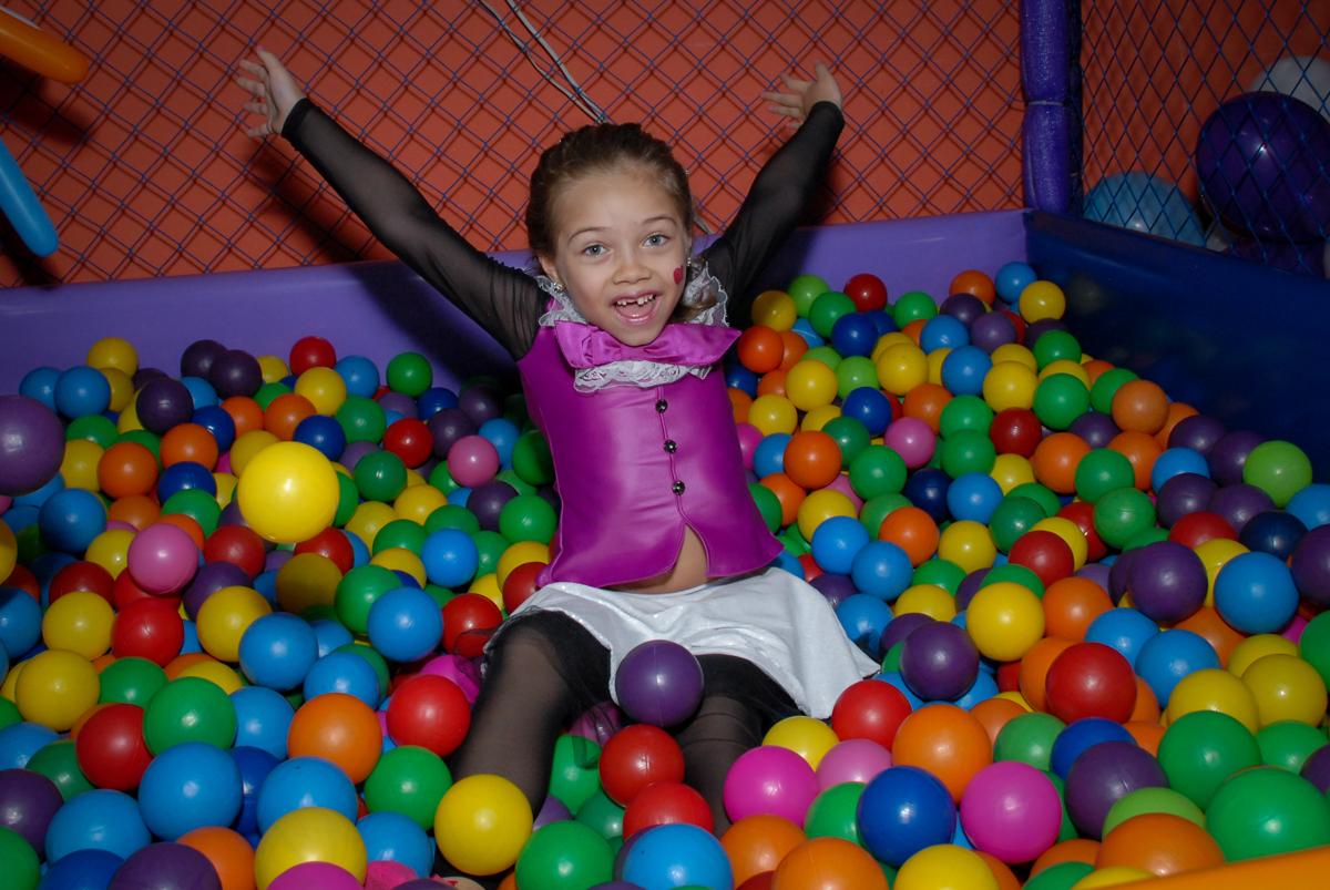 brincando na piscina de bolinha no Buffet Gato Sapeka II, Osasco, São Paulo, aniversario de sophia 6 anos tema da feta monster high