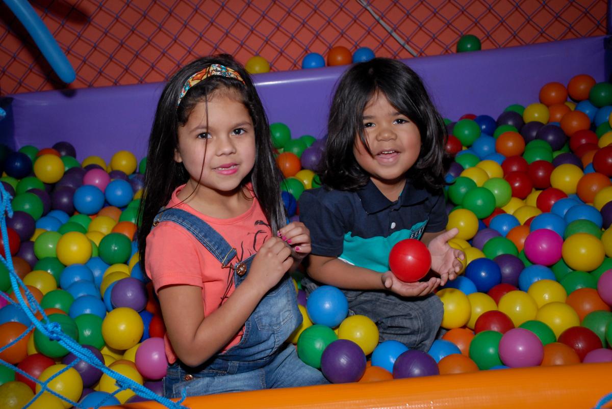 piscina de bolina divertida no Buffet Gato Sapeka II, Osasco, São Paulo, aniversario de sophia 6 anos tema da feta monster high