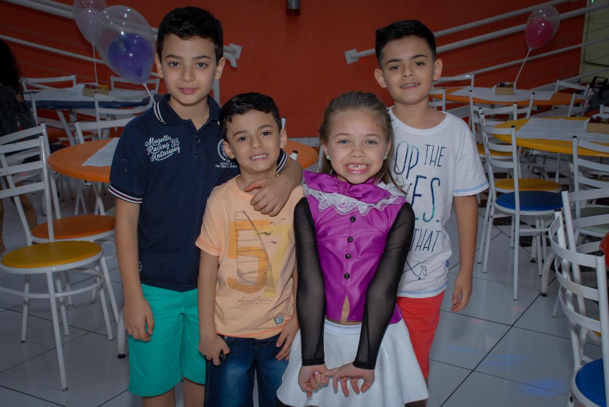 posando para a foto no Buffet Gato Sapeka II, Osasco, São Paulo, aniversario de sophia 6 anos tema da feta monster high