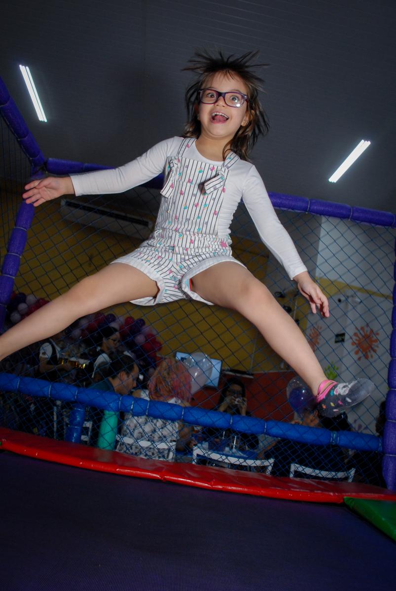 pulo muito alto na cama elastica no Buffet Gato Sapeka II, Osasco, São Paulo, aniversario de sophia 6 anos tema da feta monster high