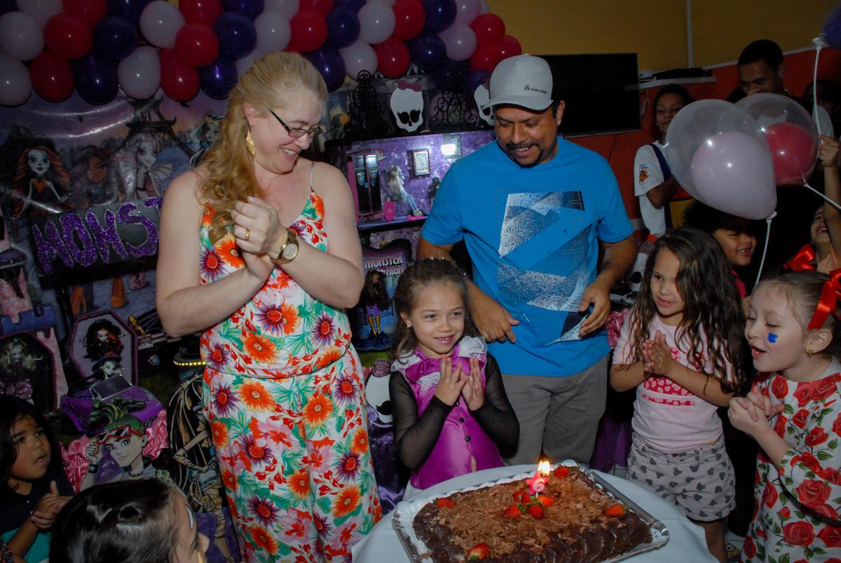 hora de cantar parabéns no Buffet Gato Sapeka II, Osasco, São Paulo, aniversario de sophia 6 anos tema da feta monster high