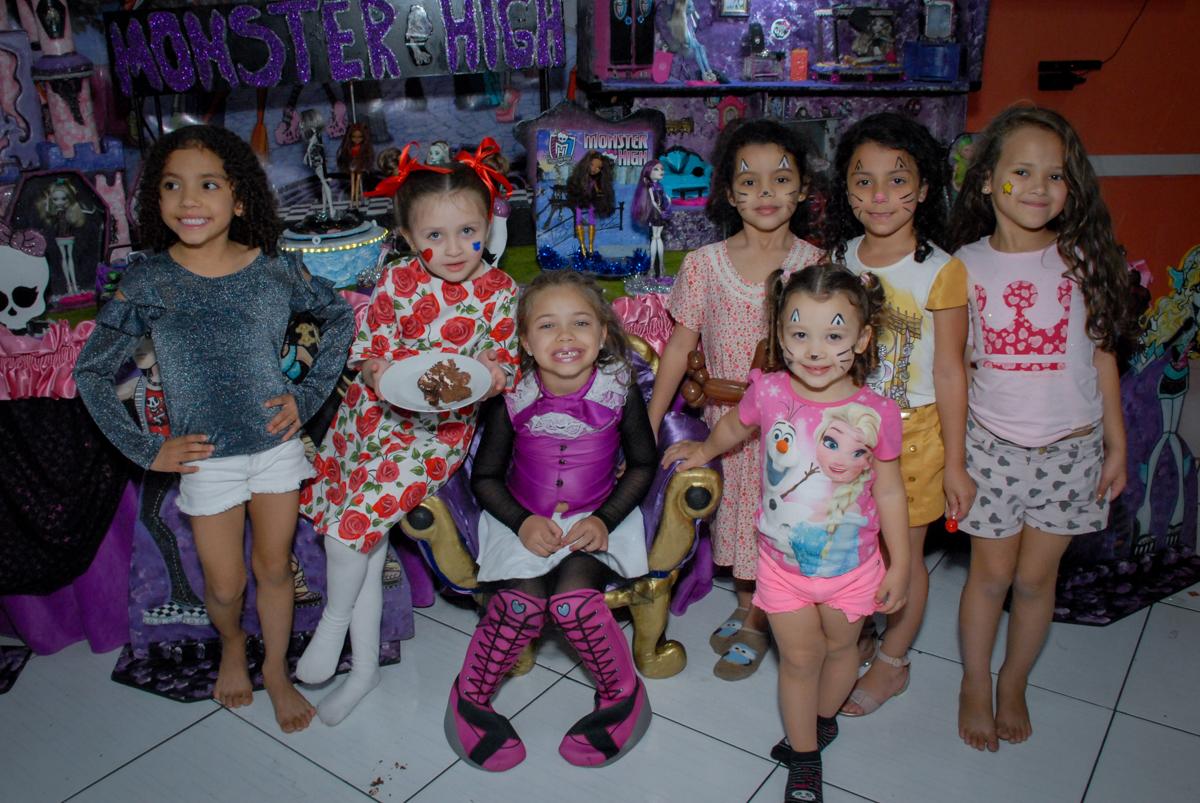 amigas rene na mesa tematica para a foto no Buffet Gato Sapeka II, Osasco, São Paulo, aniversario de sophia 6 anos tema da feta monster high