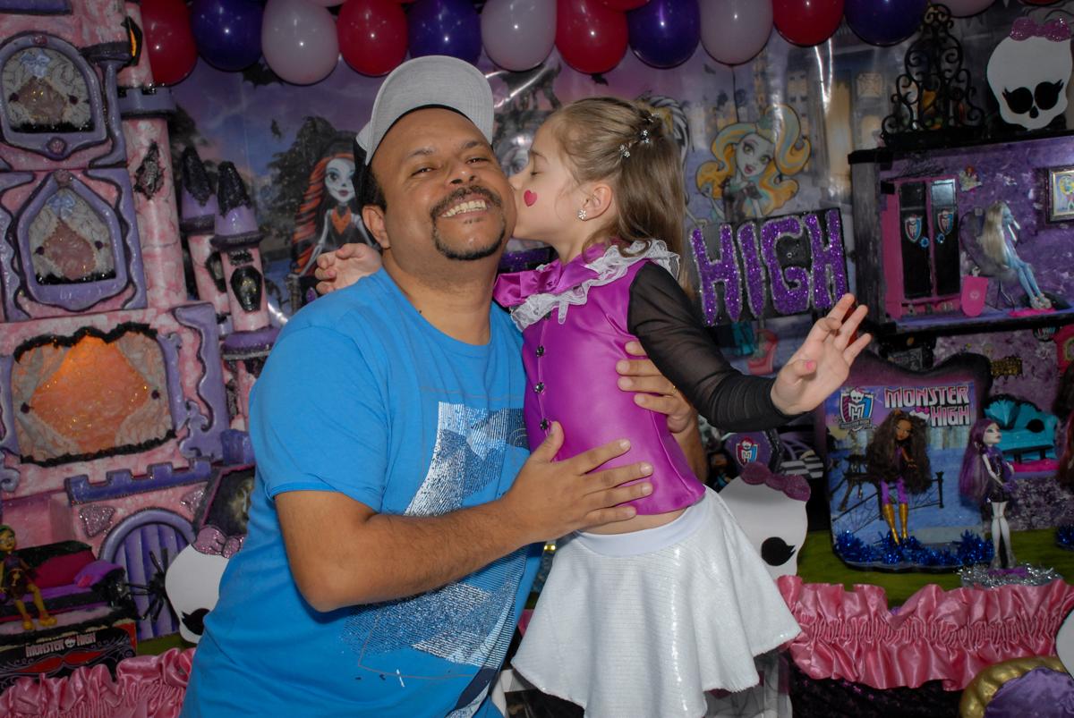 foto pai e filha no Buffet Gato Sapeka II, Osasco, São Paulo, aniversario de sophia 6 anos tema da feta monster high