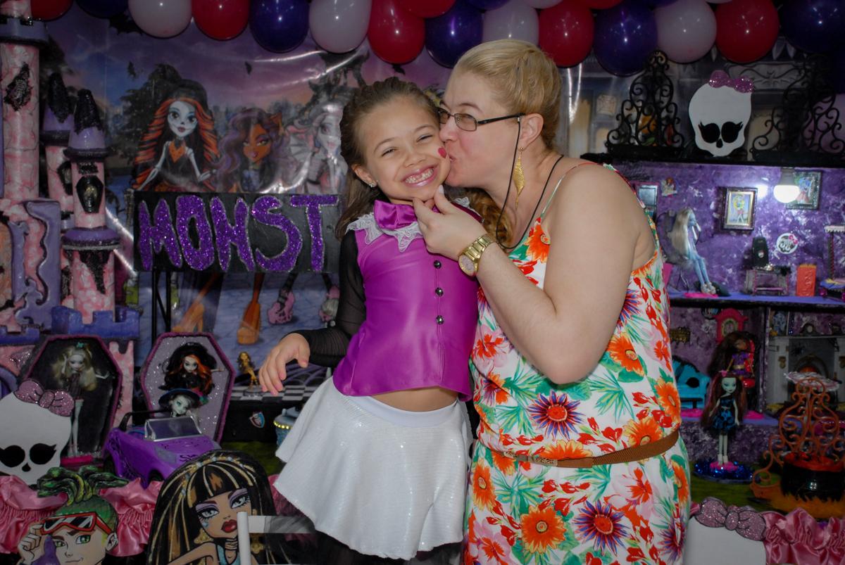 beijo gostoso da mamãe no Buffet Gato Sapeka II, Osasco, São Paulo, aniversario de sophia 6 anos tema da feta monster high