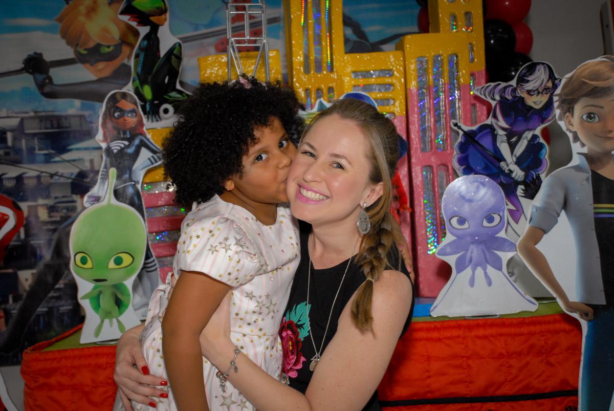 amiga beija a aniversariante no Buffet Magic Joy, Saude, São Paulo, aniversário de Beatriz 6 anos, tema da festa lady bug