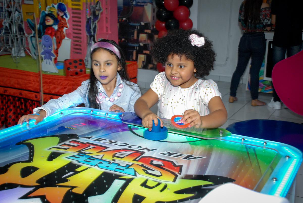 mais uma parceira para o jogo de futebol de mesa no Buffet Magic Joy, Saude, São Paulo, aniversário de Beatriz 6 anos, tema da festa lady bug