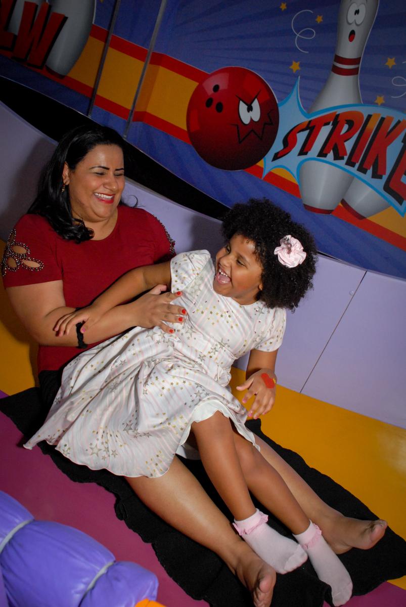 mãe e filha no escorregador no Buffet Magic Joy, Saude, São Paulo, aniversário de Beatriz 6 anos, tema da festa lady bug