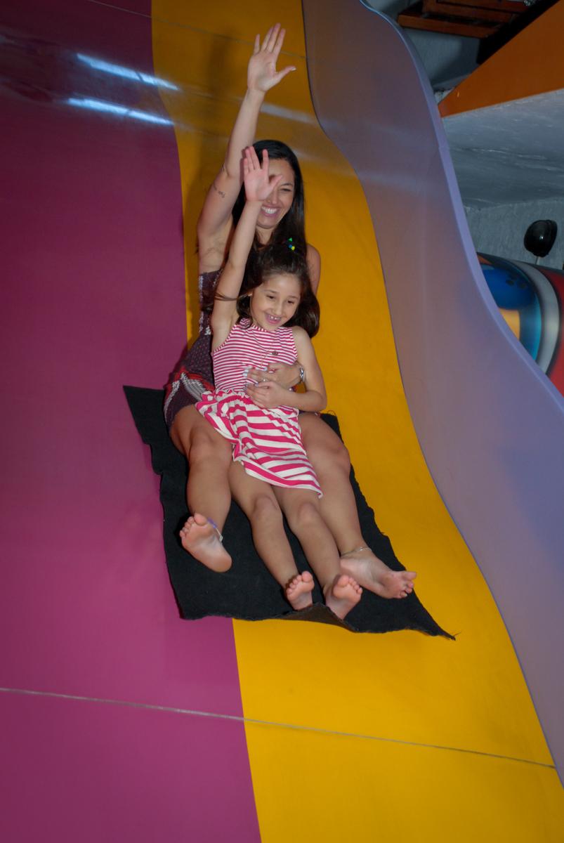 convidados brincam no escorregador no Buffet Magic Joy, Saude, São Paulo, aniversário de Beatriz 6 anos, tema da festa lady bug