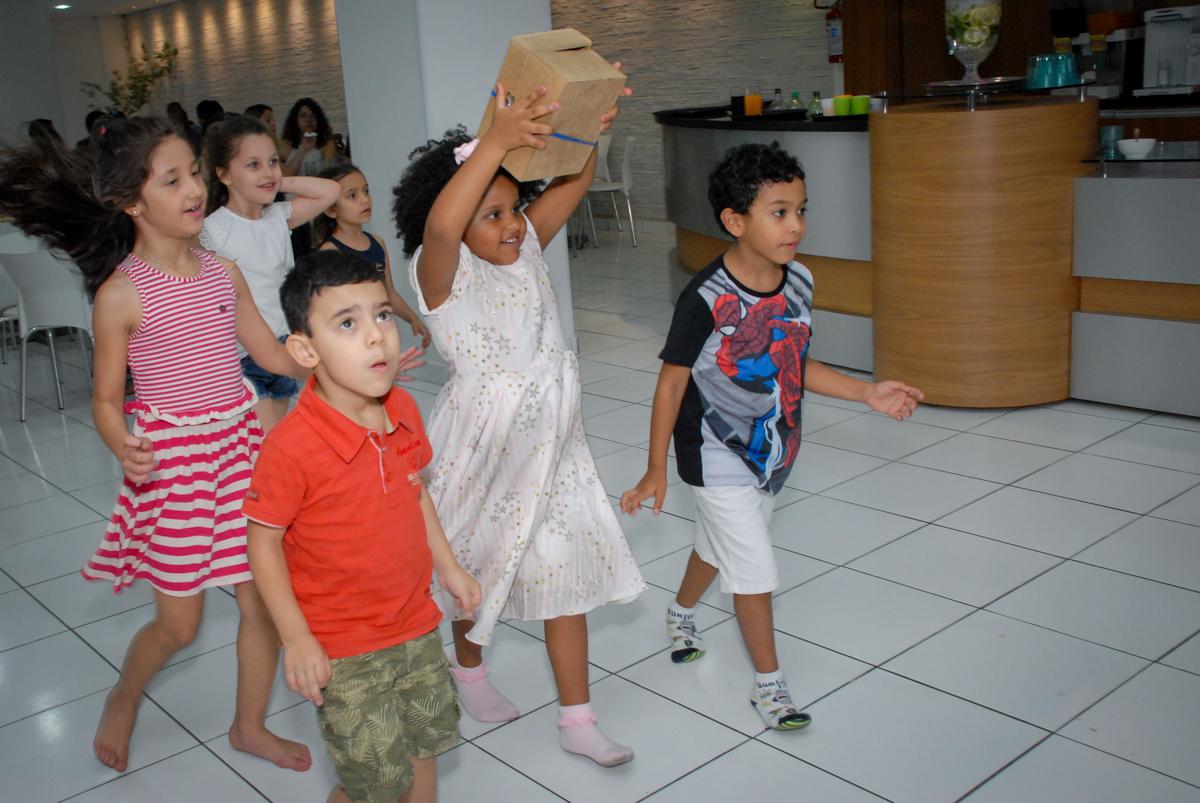 hora da gincana no Buffet Magic Joy, Saude, São Paulo, aniversário de Beatriz 6 anos, tema da festa lady bug