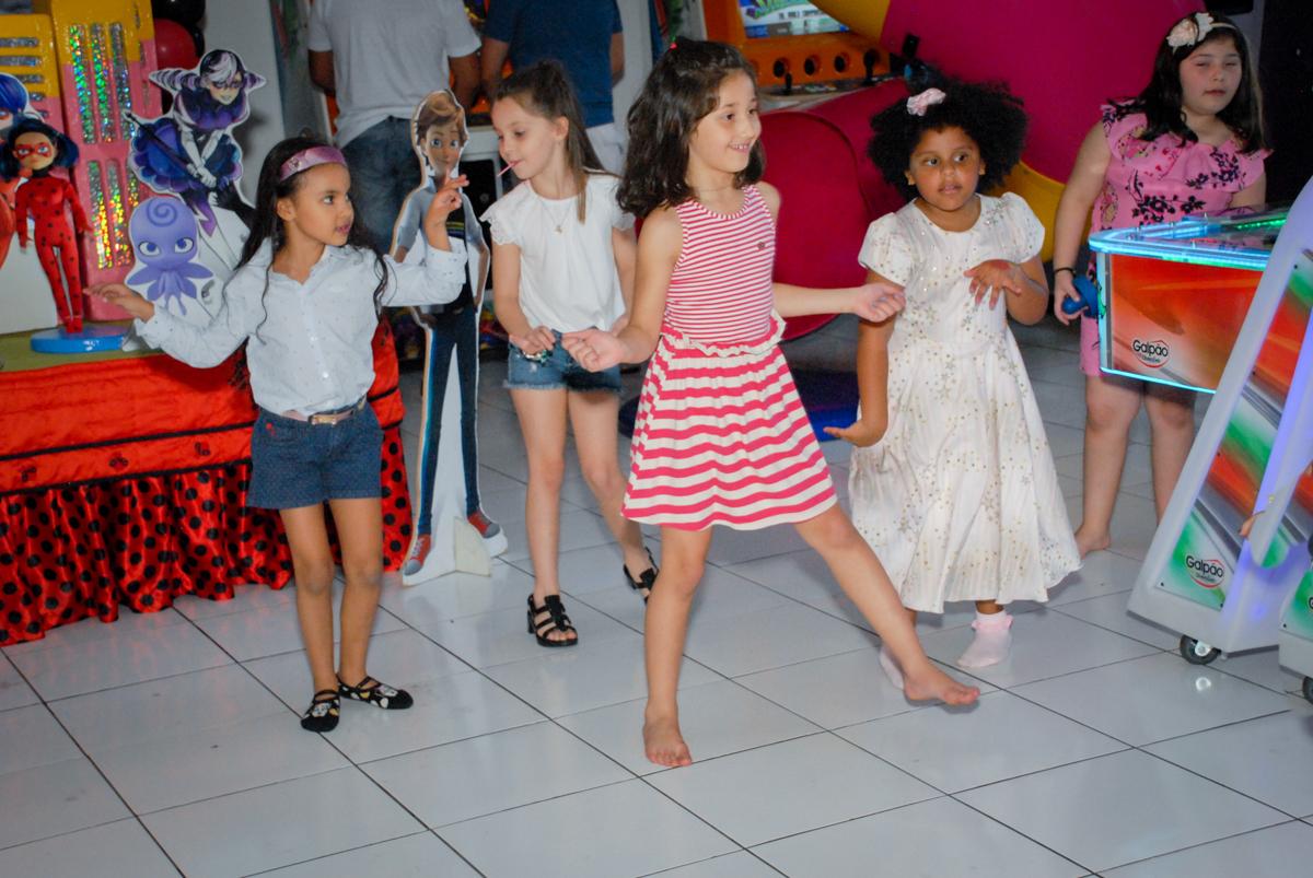 hora da balada no Buffet Magic Joy, Saude, São Paulo, aniversário de Beatriz 6 anos, tema da festa lady bug