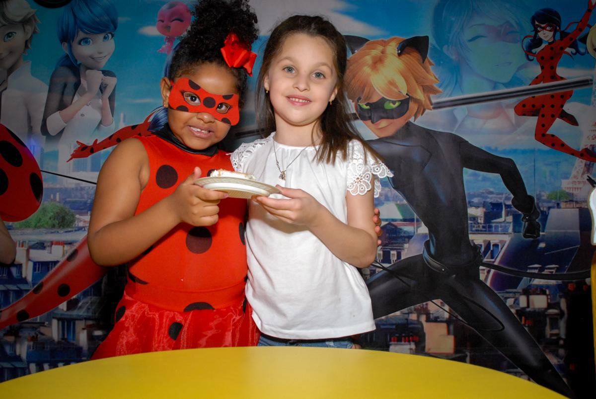 a amiga ganha o primeiro pedaço do bolo no Buffet Magic Joy, Saude, São Paulo, aniversário de Beatriz 6 anos, tema da festa lady bug
