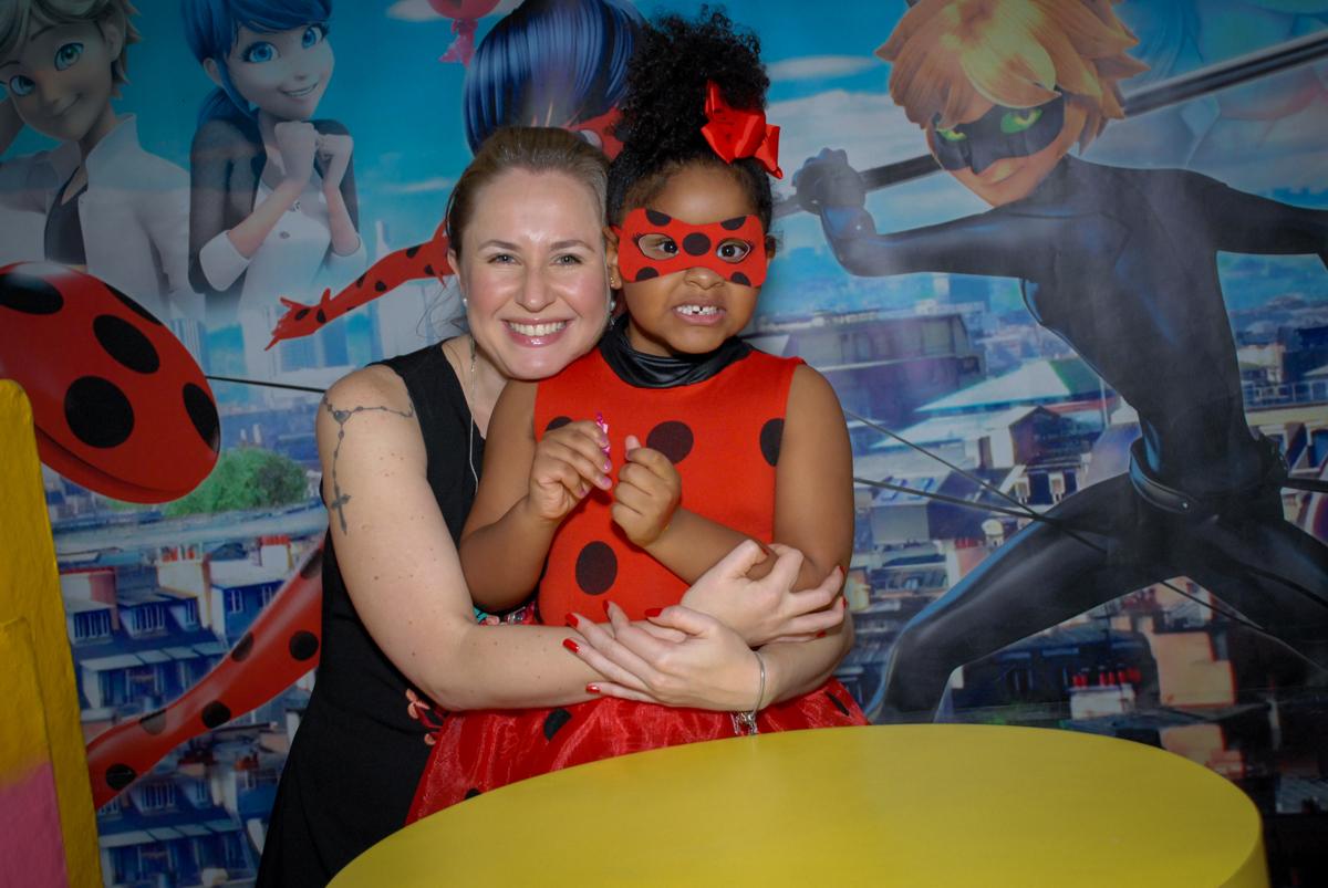 posando para mais fotos no Buffet Magic Joy, Saude, São Paulo, aniversário de Beatriz 6 anos, tema da festa lady bug