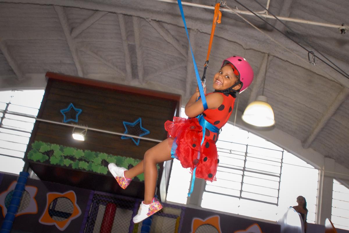 final da festa na tirolesa no Buffet Magic Joy, Saude, São Paulo, aniversário de Beatriz 6 anos, tema da festa lady bug