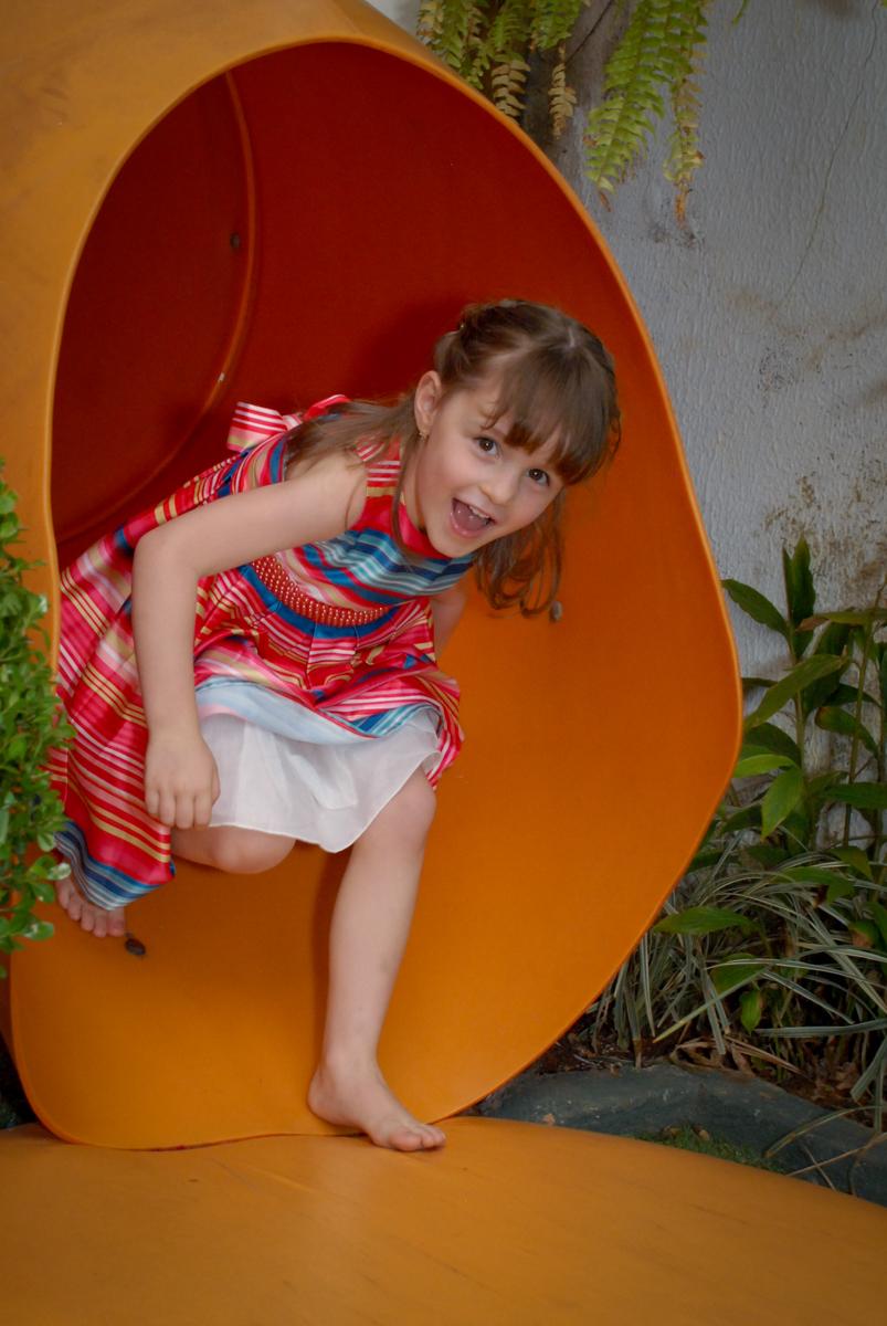 brincando o escorregador no Buffet Tragaluz, aniversário de Pietra 4 anos, tema da festa amor
