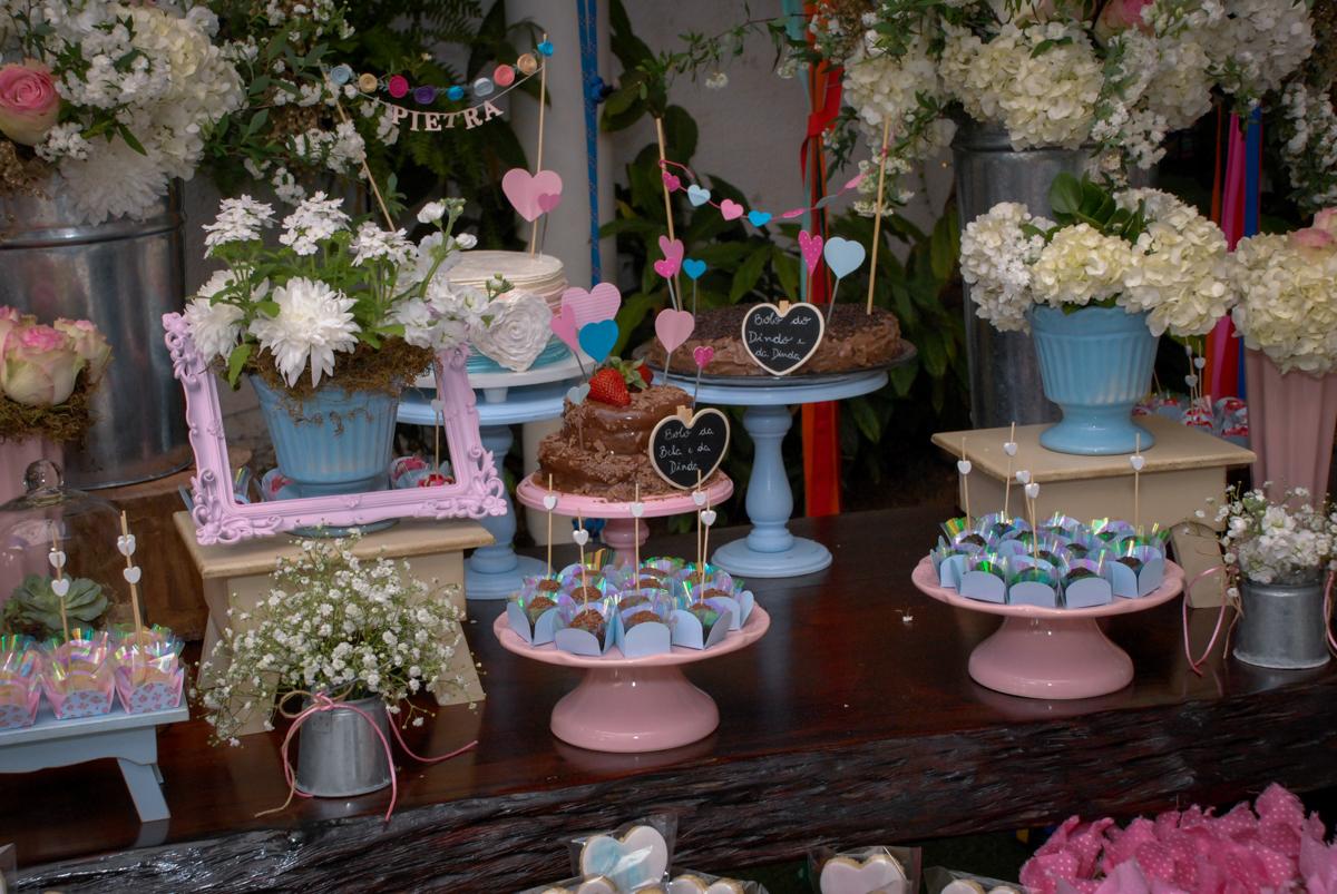 mesa decorada no Buffet Tragaluz, aniversário de Pietra 4 anos, tema da festa amor