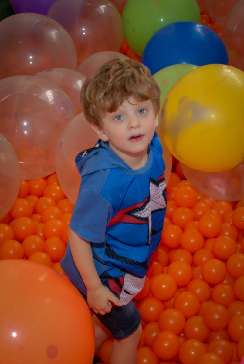 piscina de bolinhas divertida no Buffet Tragaluz, aniversário de Pietra 4 anos, tema da festa amor