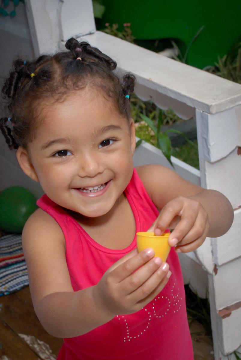 amiguinha come salgados no Buffet Tragaluz, aniversário de Pietra 4 anos, tema da festa amor