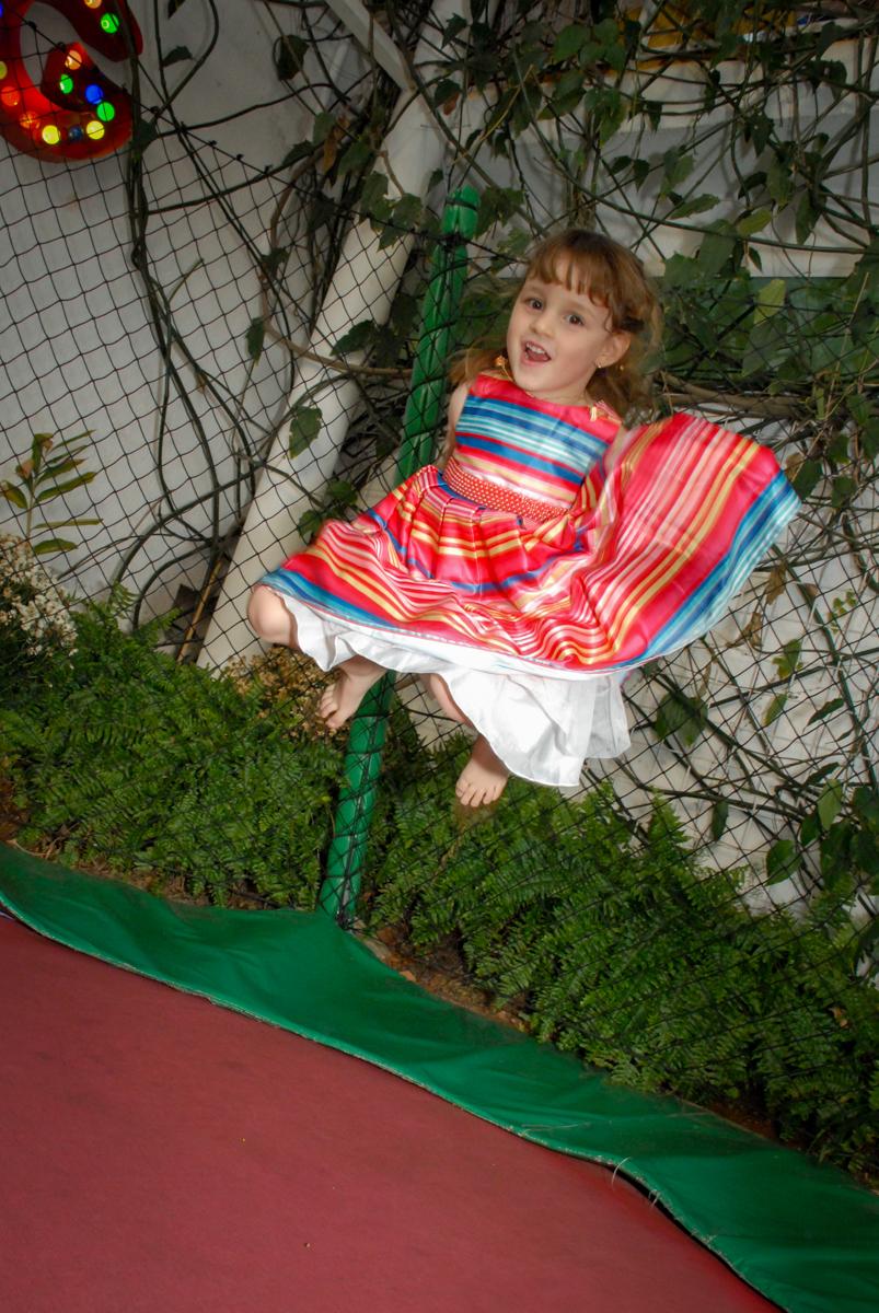 cama elastica divertida no Buffet Tragaluz, aniversário de Pietra 4 anos, tema da festa amor