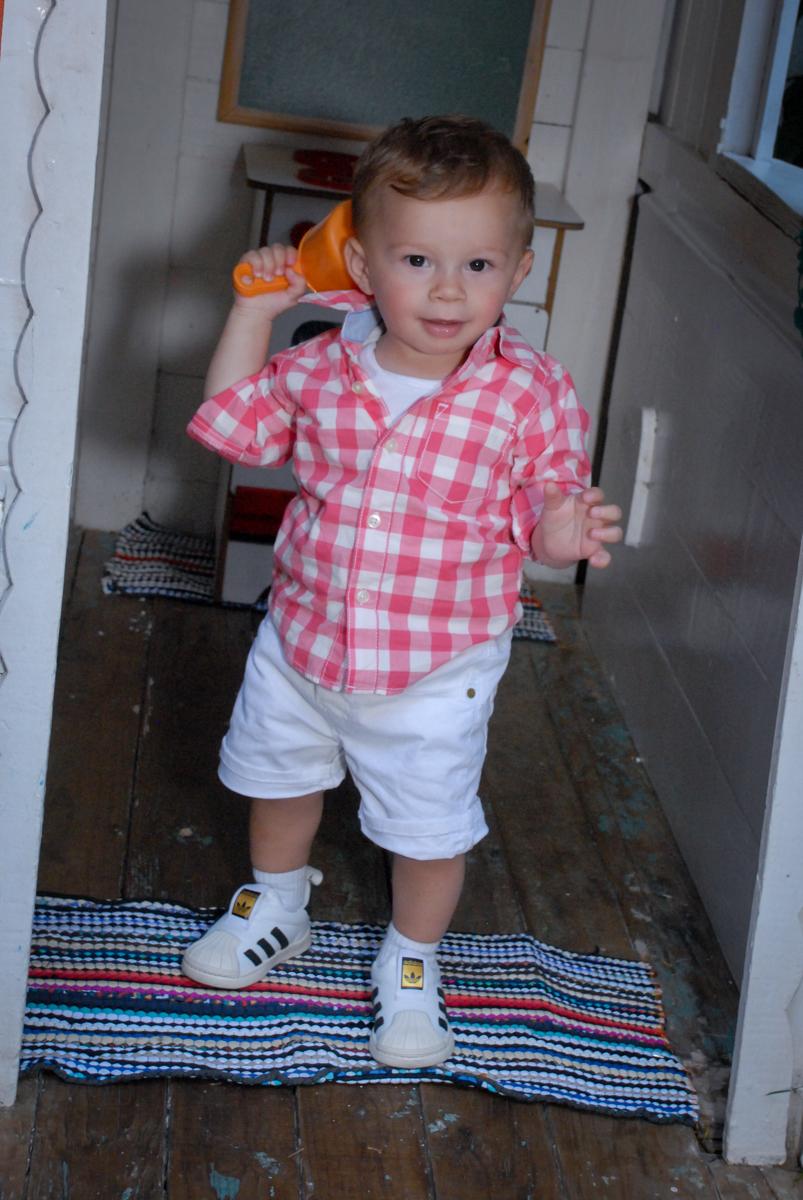 posando para a foto na porta da casinha de bonecas no Buffet Tragaluz, aniversário de Pietra 4 anos, tema da festa amor