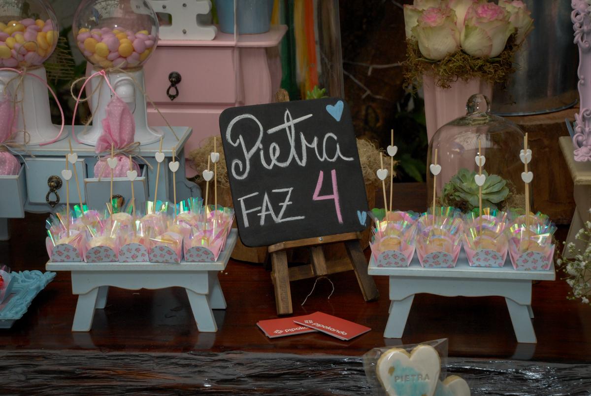detalhes da mesa decorada no Buffet Tragaluz, aniversário de Pietra 4 anos, tema da festa amor