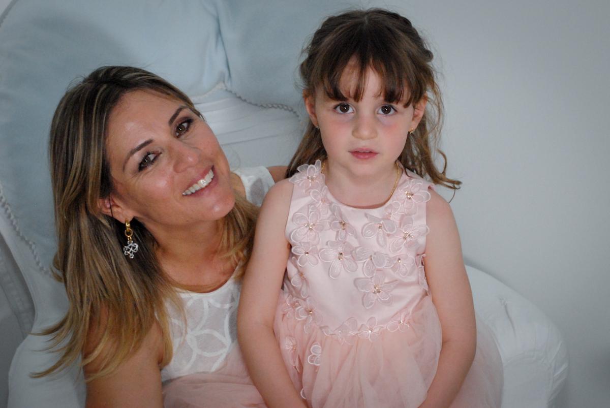 posando para a foto com a mamãe no Buffet Tragaluz, aniversário de Pietra 4 anos, tema da festa amor