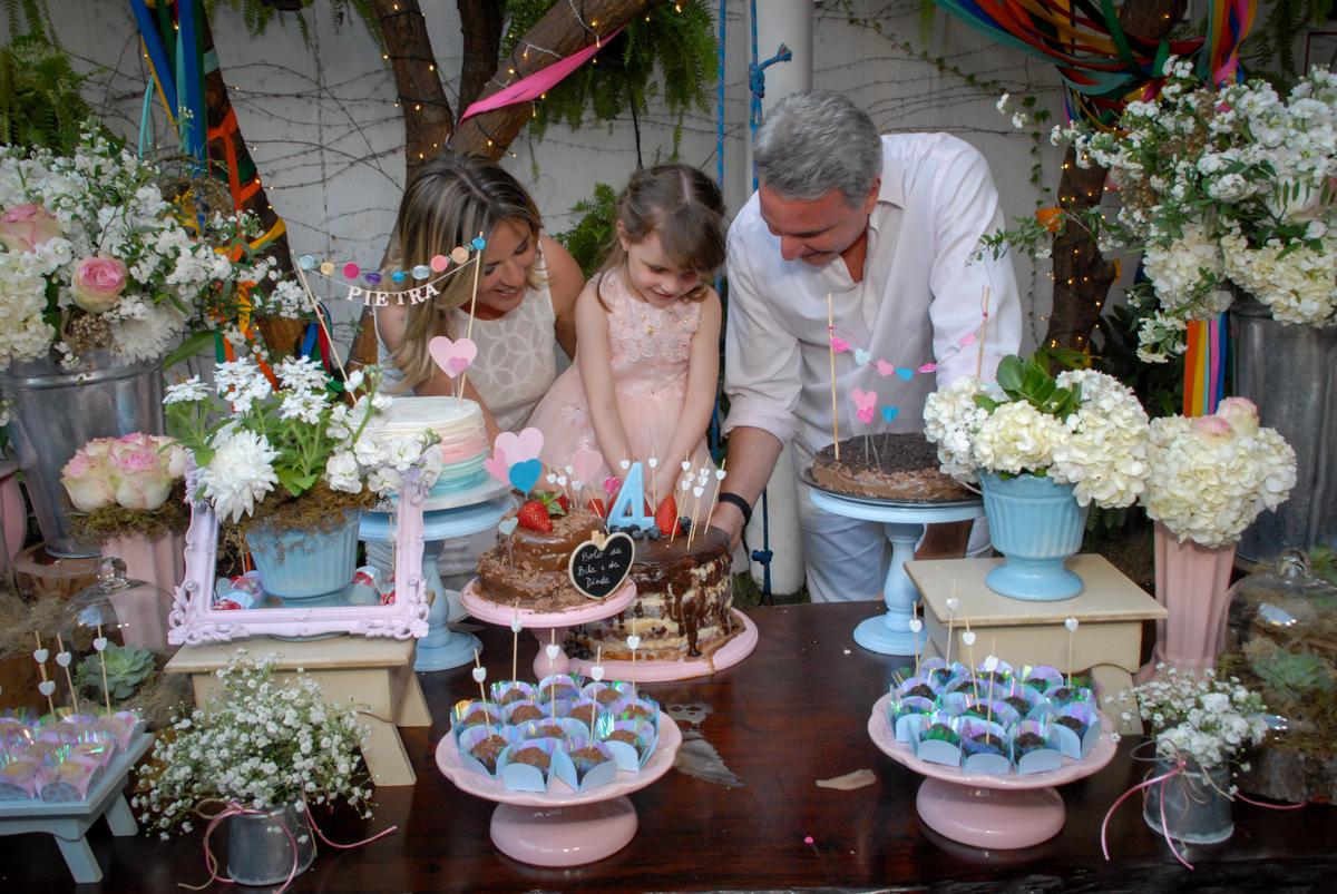 cortando o primeiro pedaço de bolo no Buffet Tragaluz, aniversário de Pietra 4 anos, tema da festa amor