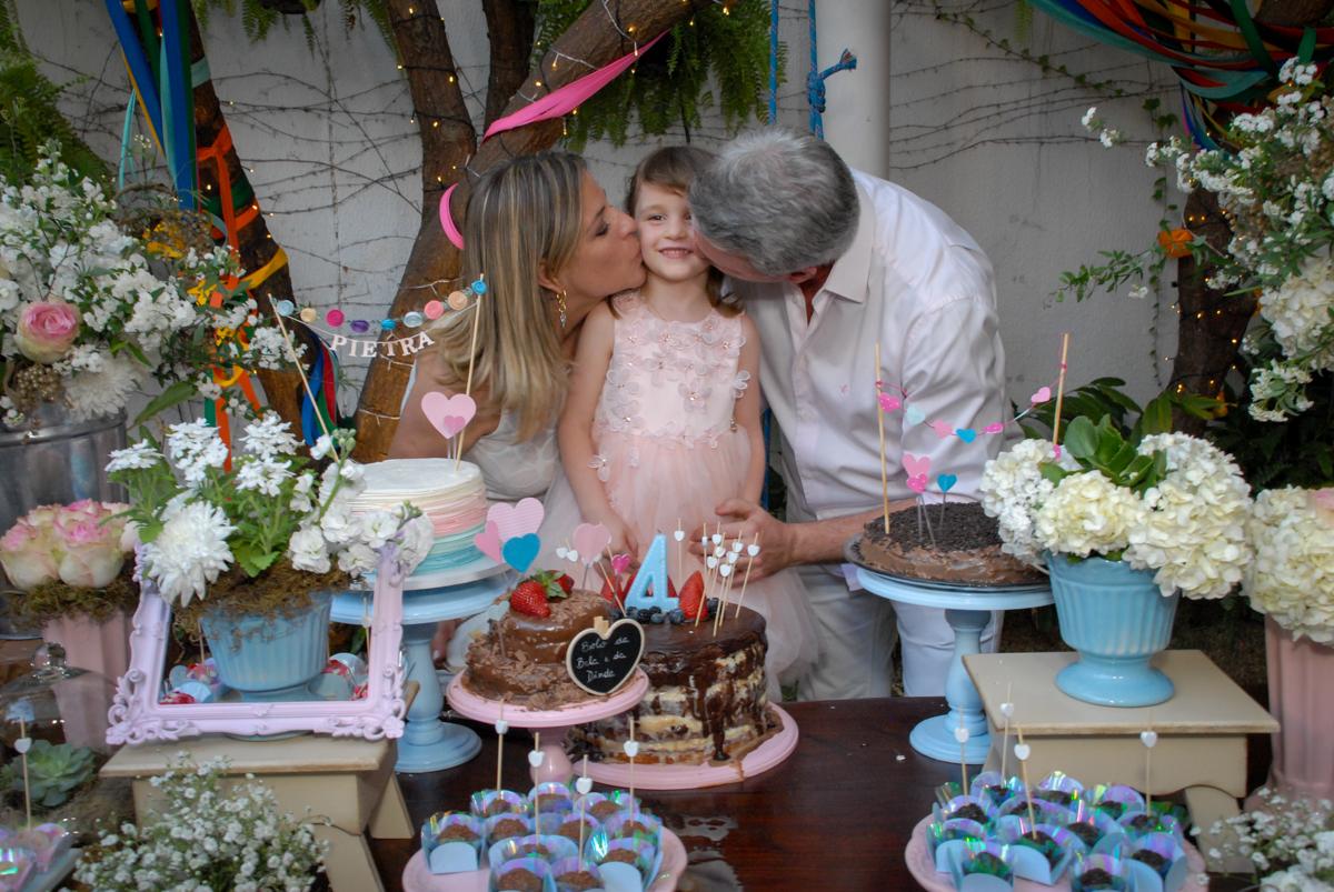 beijo sanduiche na aniversariante no Buffet Tragaluz, aniversário de Pietra 4 anos, tema da festa amor