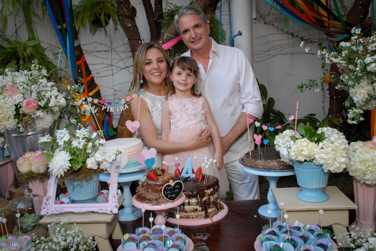 pais posam para a foto no Buffet Tragaluz, aniversário de Pietra 4 anos, tema da festa amor