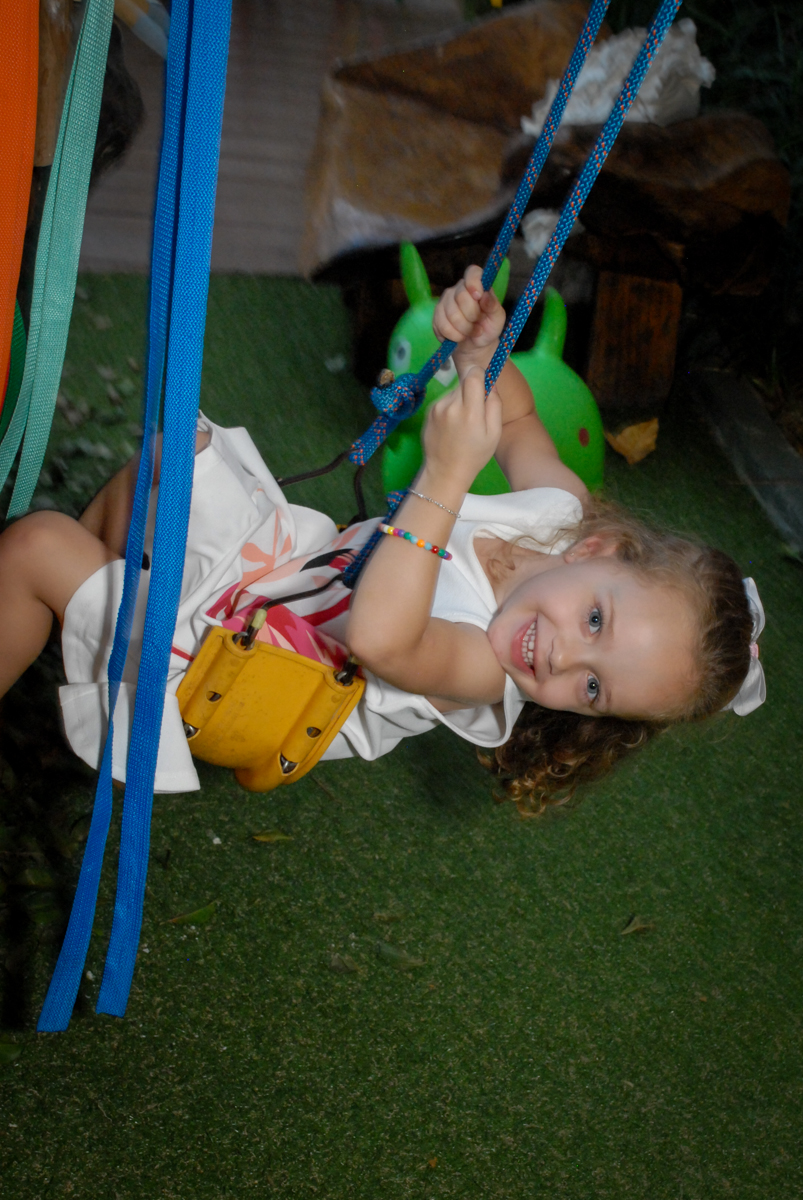 brincando no balanço noBuffet Tragaluz, aniversário de Pietra 4 anos, tema da festa amor