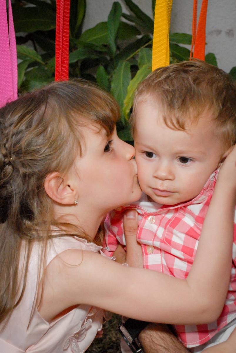 beijo carinhoso no amigo no Buffet Tragaluz, aniversário de Pietra 4 anos, tema da festa amor