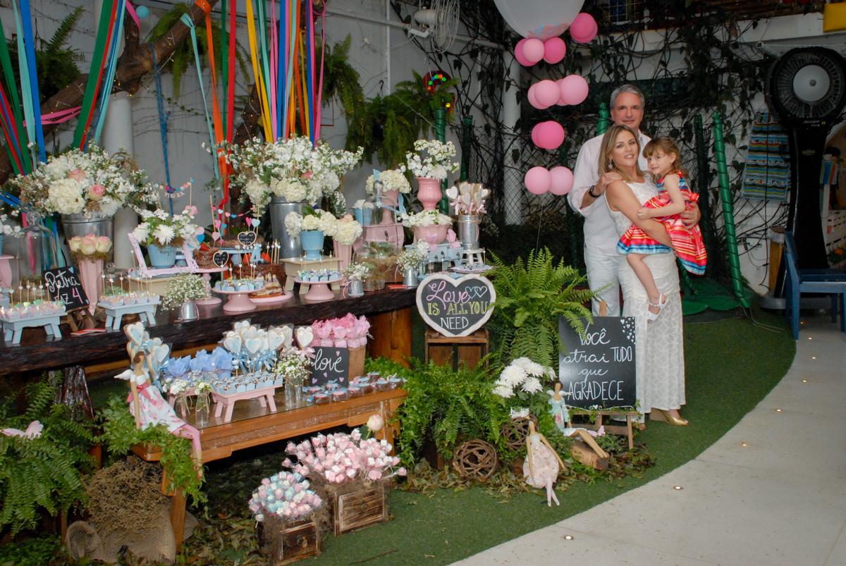 família posa para as fotos no Buffet Tragaluz, aniversário de Pietra 4 anos, tema da festa amor