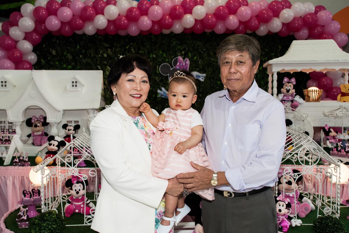 fotografia com os avós no Buffet Magic Joy, Saude São Paulo, aniversário de Gabriela 1 ano, tema da festa minie rosa