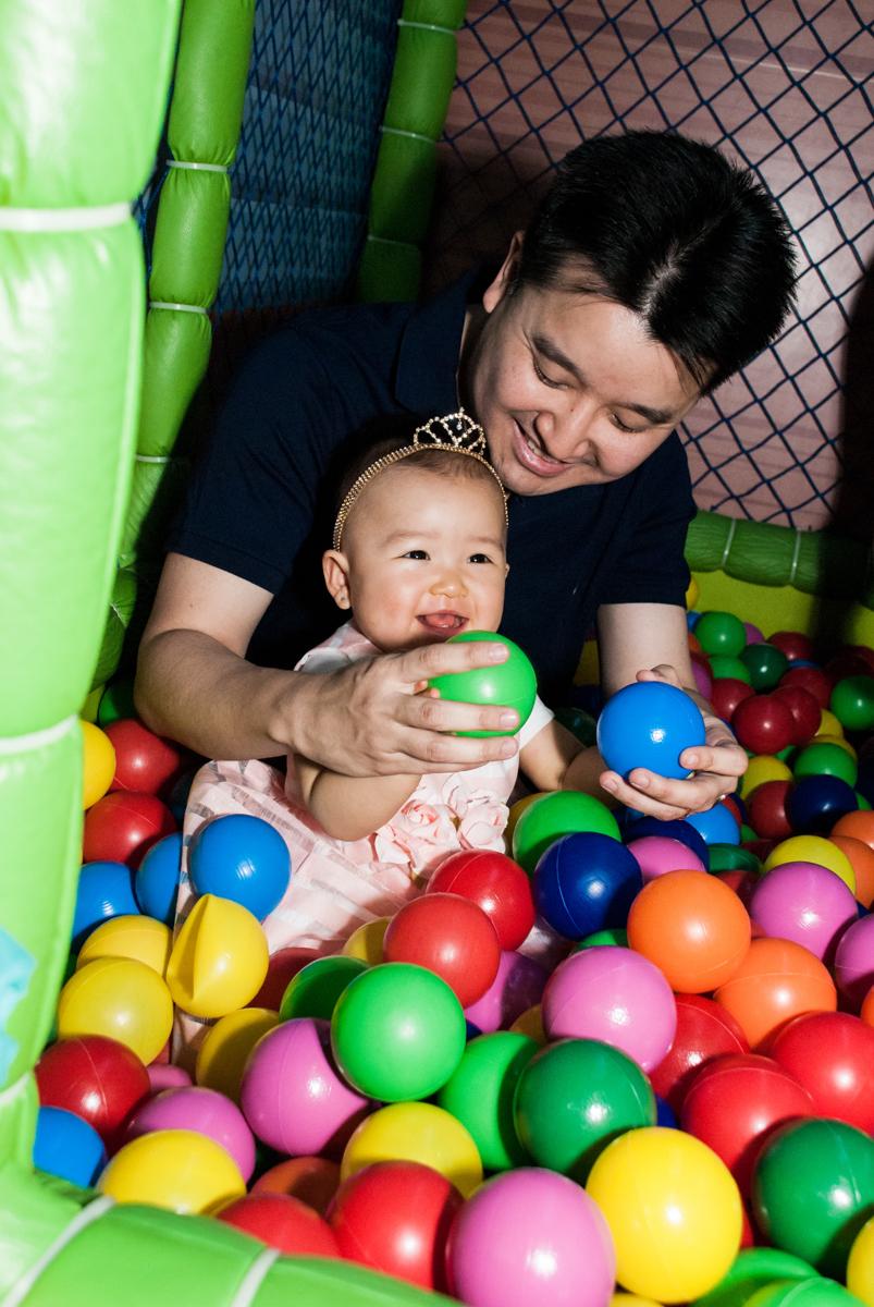 pai e filha brinca na piscina de bolinha no Buffet Magic Joy, Saude São Paulo, aniversário de Gabriela 1 ano, tema da festa minie rosa