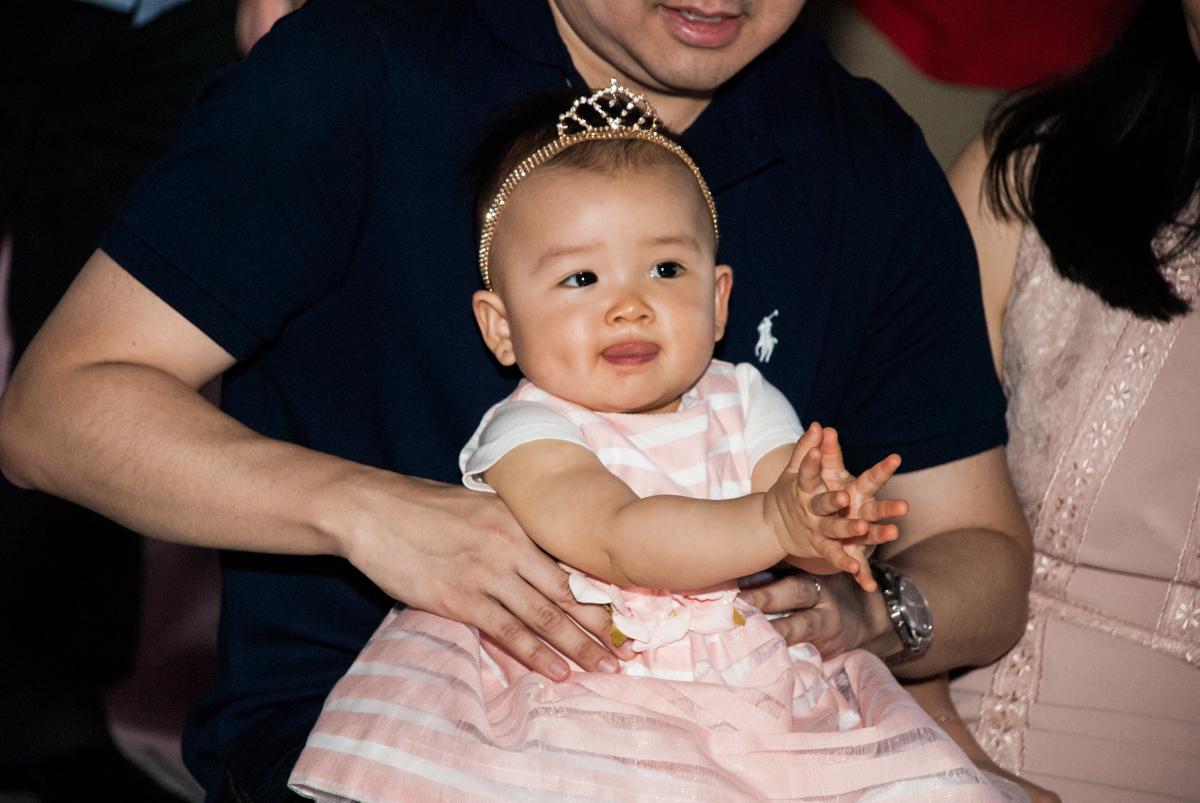 assistindo a retrospectiva no Buffet Magic Joy, Saude São Paulo, aniversário de Gabriela 1 ano, tema da festa minie rosa