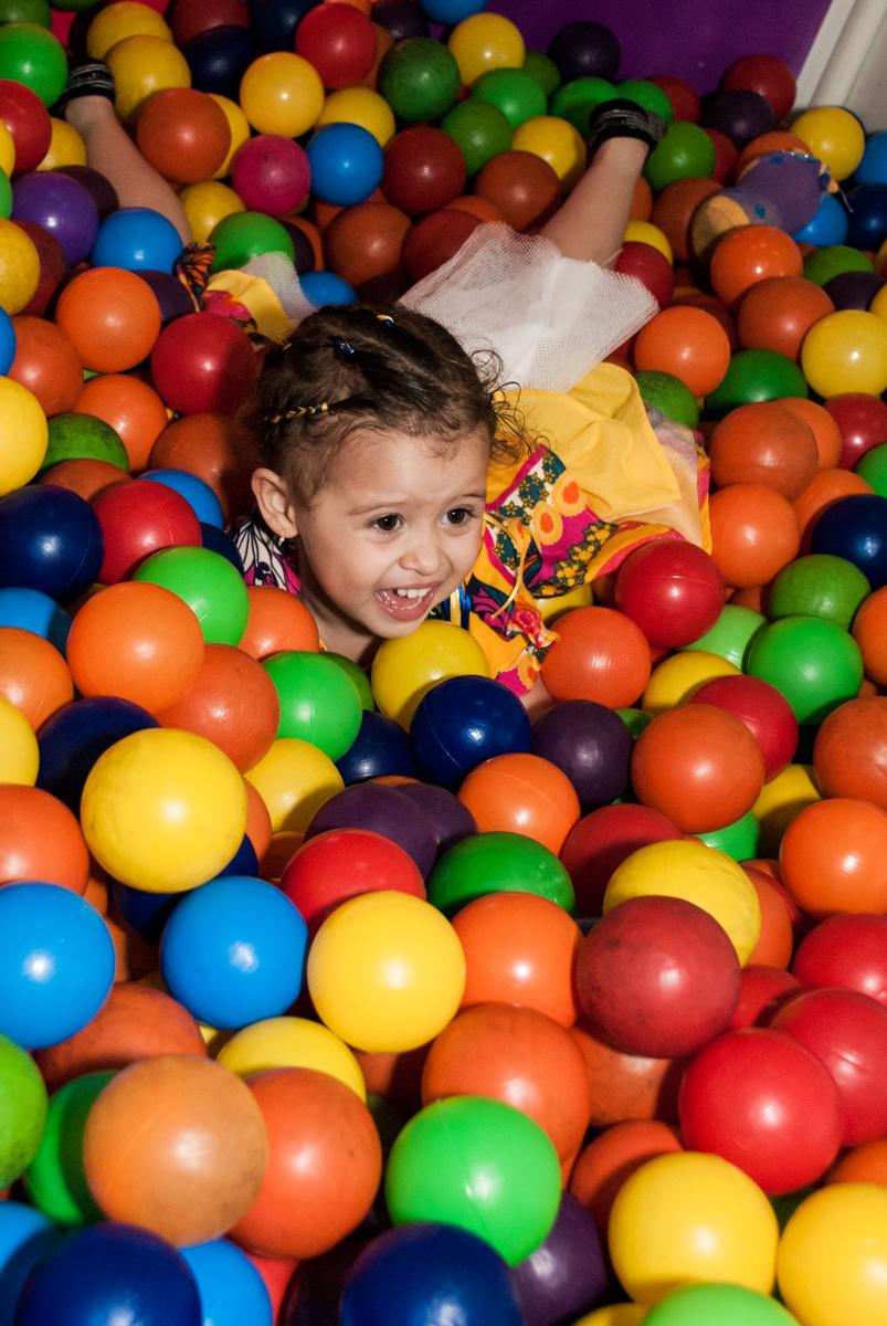 piscina de bolinhas divertida no Buffet Lacorte, Tatuapé, São Paulo aniversário de Luiza 3 anos, tema da festa A Bela e a Fera