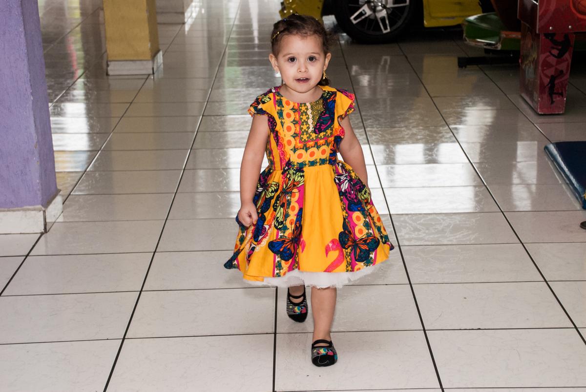 passeando pelo salão no Buffet Lacorte, Tatuapé, São Paulo aniversário de Luiza 3 anos, tema da festa A Bela e a Fera