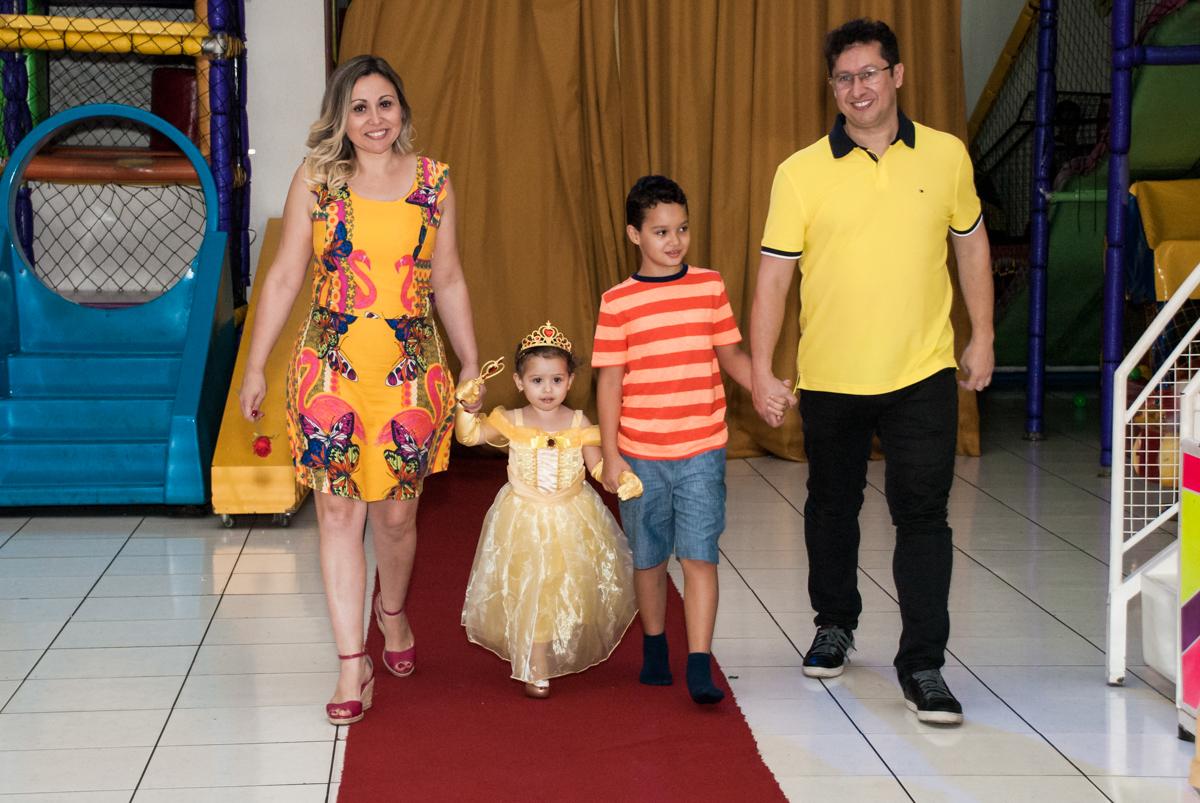 entrada no tapete vermelho para o parabéns no Buffet Lacorte, Tatuapé, São Paulo aniversário de Luiza 3 anos, tema da festa A Bela e a Fera