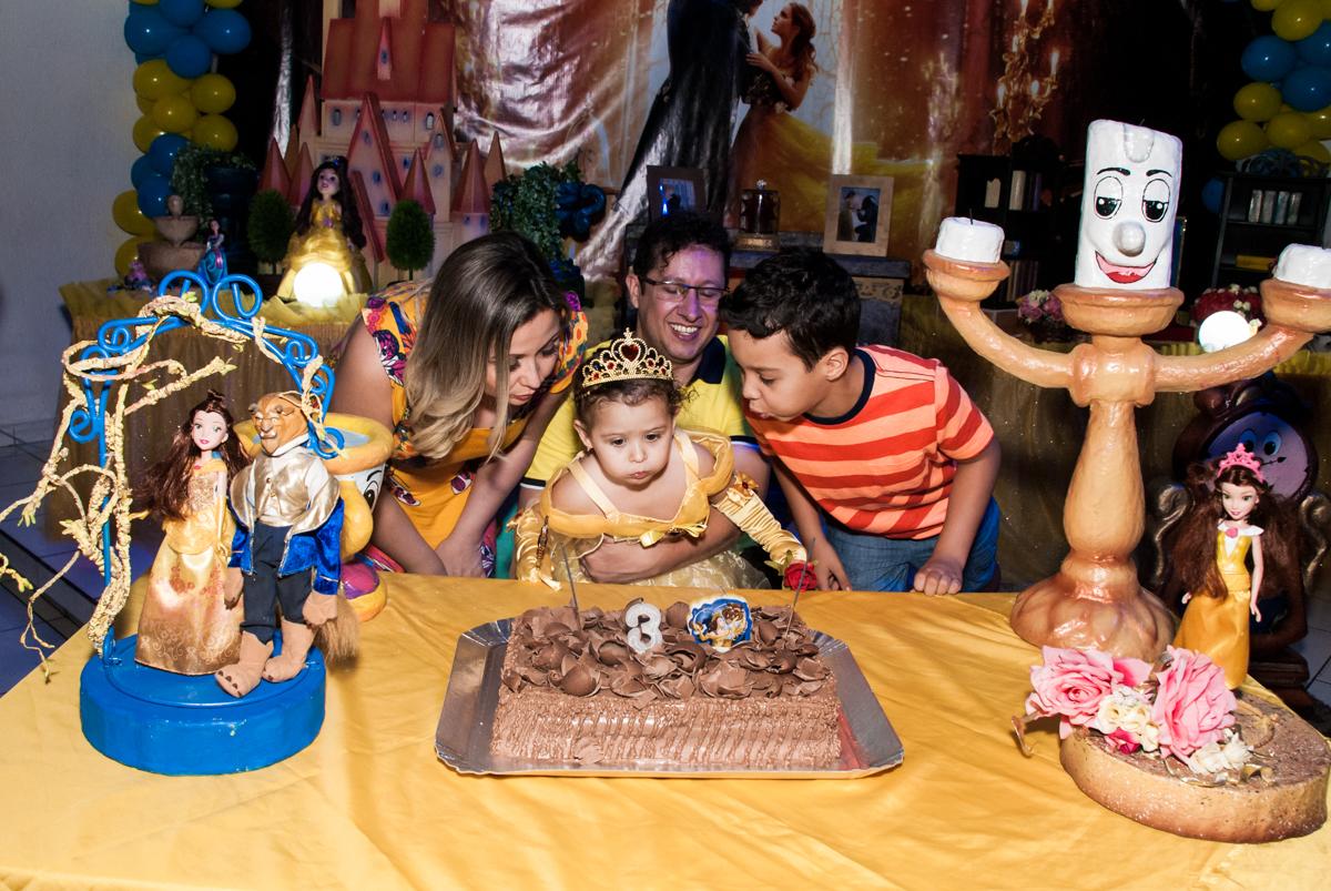 soprando a vela do bolo no Buffet Lacorte, Tatuapé, São Paulo aniversário de Luiza 3 anos, tema da festa A Bela e a Fera