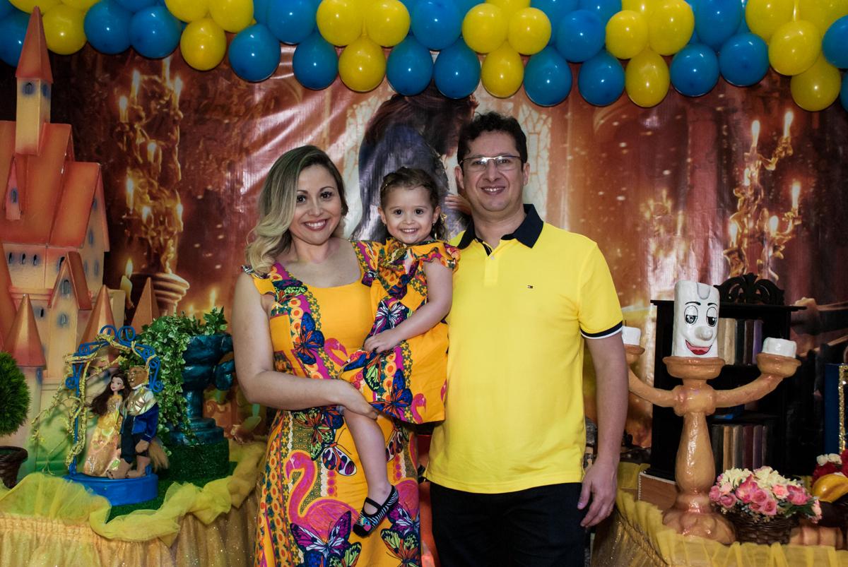 fotografia da família no Buffet Lacorte, Tatuapé, São Paulo aniversário de Luiza 3 anos, tema da festa A Bela e a Fera