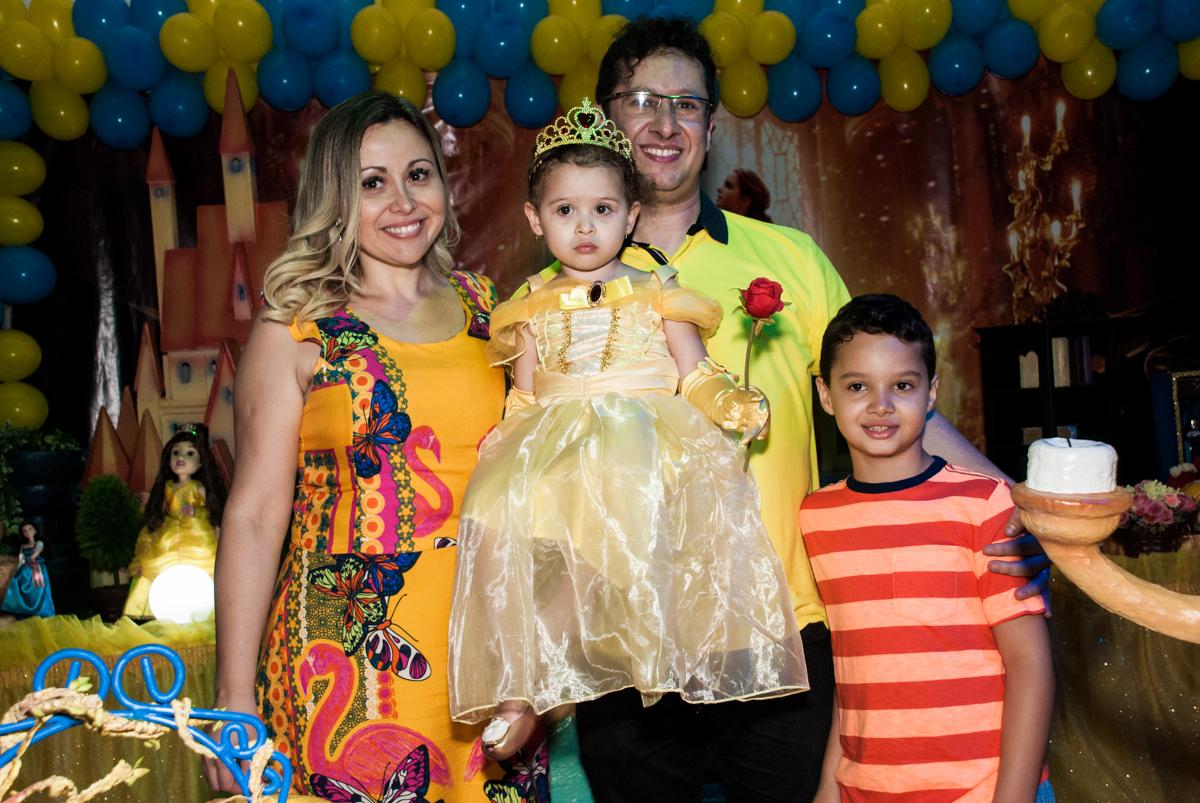 fotografia da família na mesa decorada no Buffet Lacorte, Tatuapé, São Paulo aniversário de Luiza 3 anos, tema da festa A Bela e a Fera