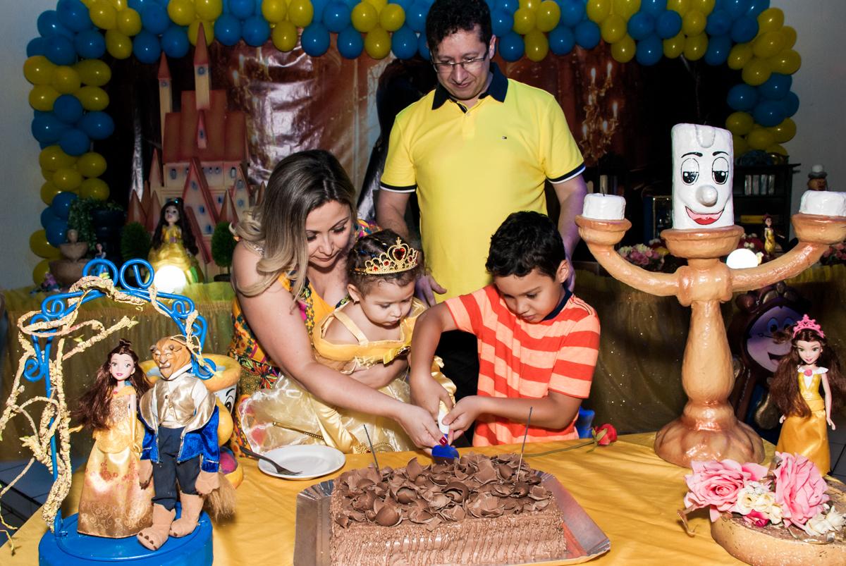 cortando o primeiro pedaço do bolo no Buffet Lacorte, Tatuapé, São Paulo aniversário de Luiza 3 anos, tema da festa A Bela e a Fera