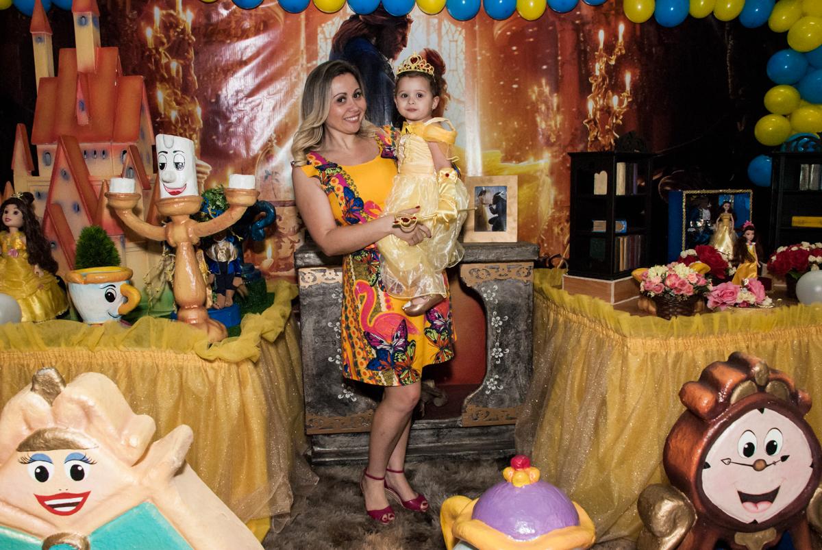 aniversariante feliz no colo da mãe no Buffet Lacorte, Tatuapé, São Paulo aniversário de Luiza 3 anos, tema da festa A Bela e a Fera