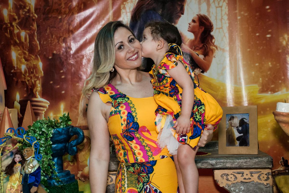 ganhando beijinho da aniversariante no Buffet Lacorte, Tatuapé, São Paulo aniversário de Luiza 3 anos, tema da festa A Bela e a Fera